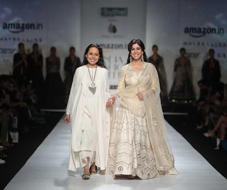 Anju Modi's Muse Sakshi Tanwar Walks The Ramp With Elegance At AIFW'17