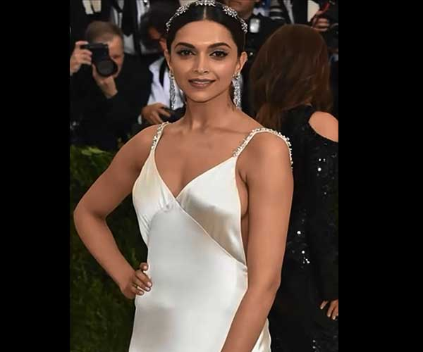 Deepika Padukone Wardrobe Malfunction Hot Photos