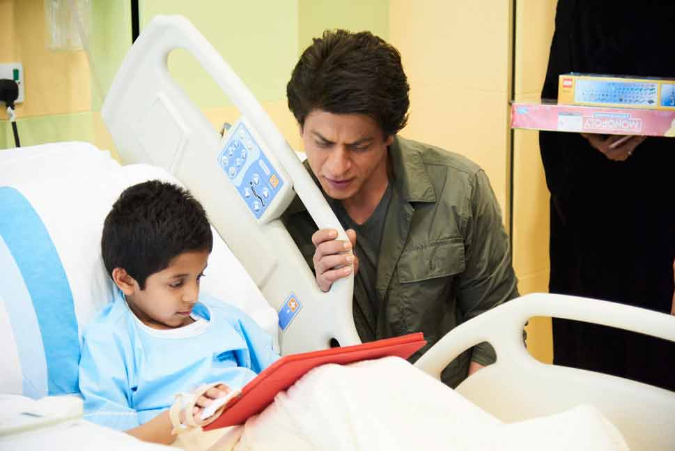 SRK Spends Time With Young Patients At Dubai Hospital